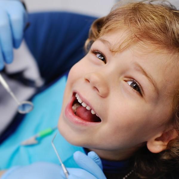 Entenda como cuidar da saúde bucal das crianças